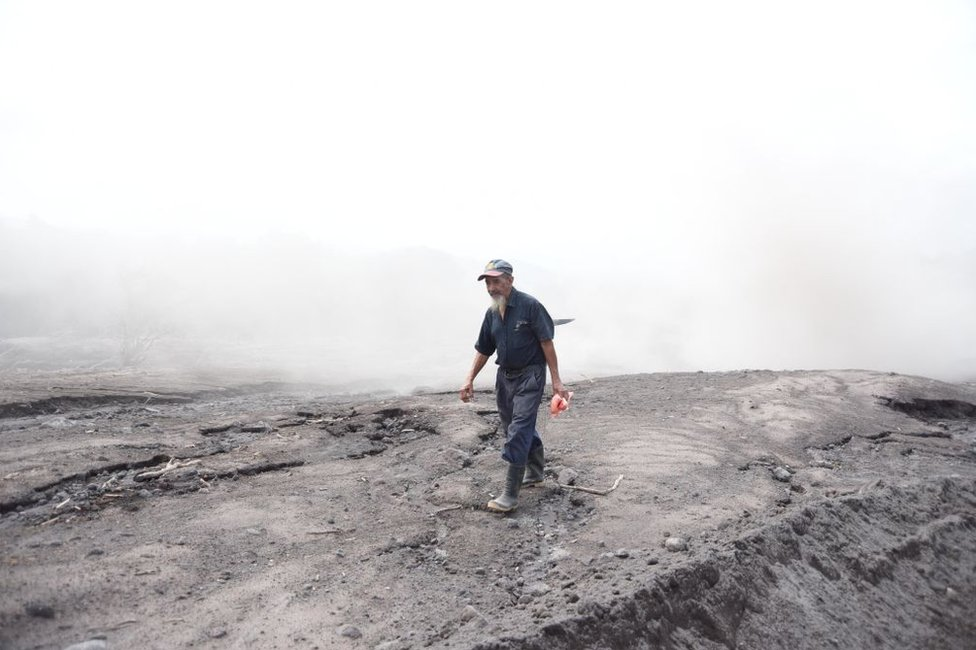 César Sican busca a víctimas de la erupción del Volcán de Fuego en San Miguel Los Lotes el 9 de junio de 2018.