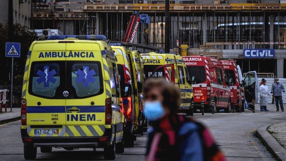 Fila de ambulancias en el hospital Santa María de Lisboa.