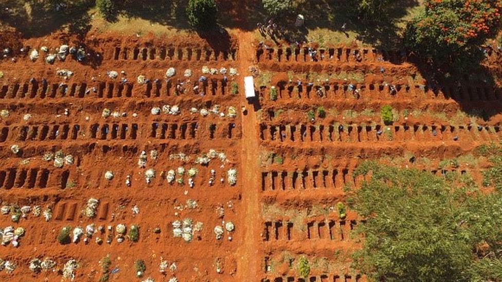 Vista aérea de covas abertas num cemitério de São Paulo