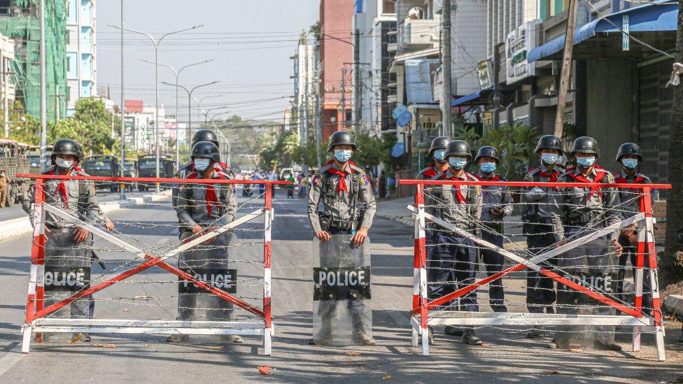 myanmar'daki bir polis barikatı