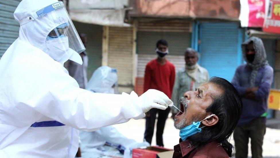 Pruebas de coronavirus en las calles de Bhopal, India.