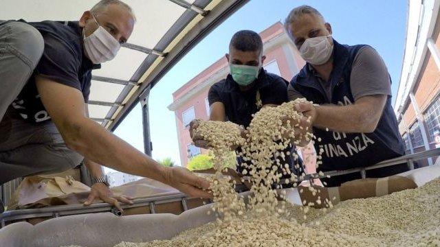 الشرطة الإيطالية تتفقد أحواض تحتوي على حبوب كابتاغون مزيفة