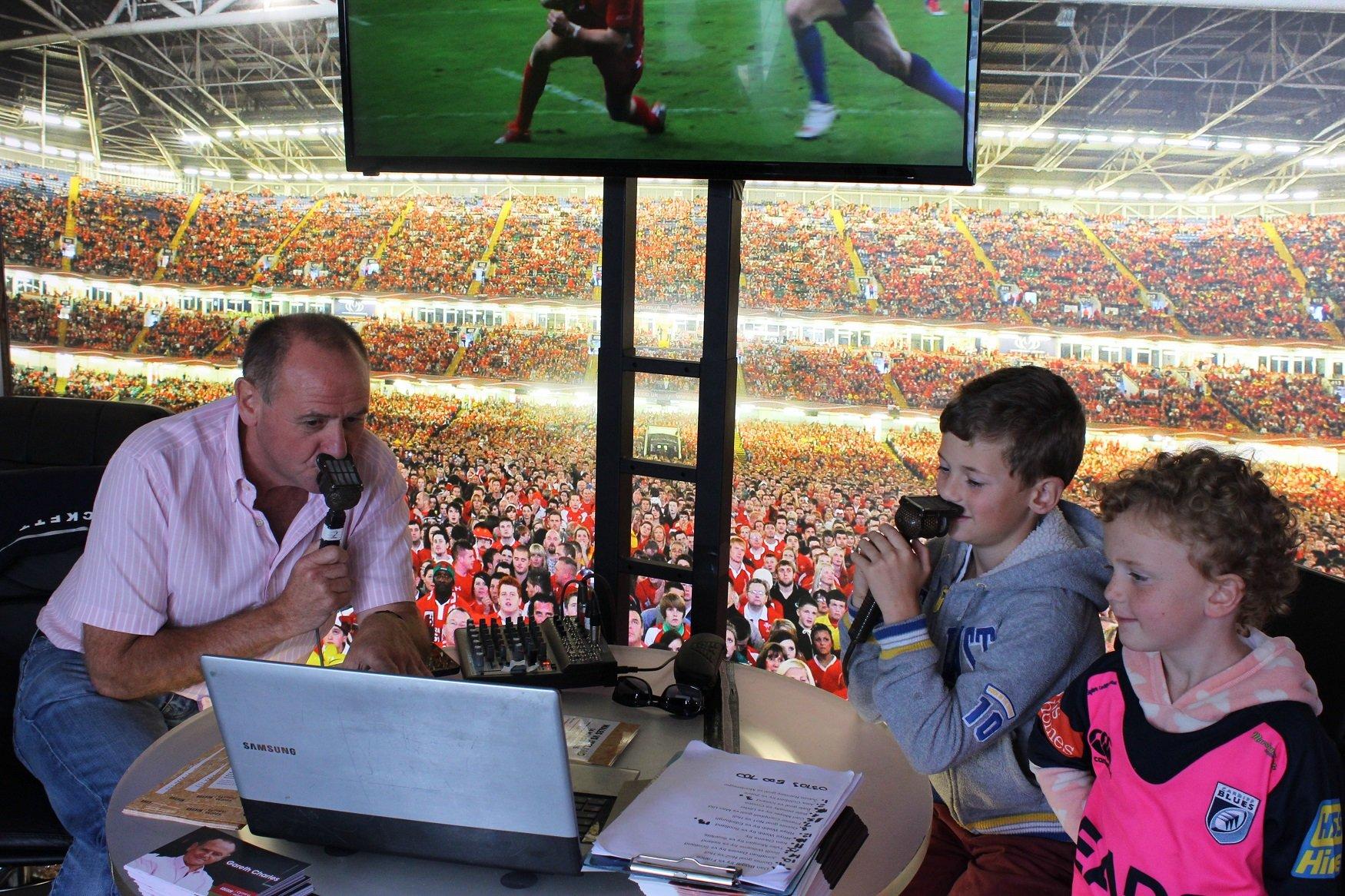 Gareth Charles, Gohebydd Rygbi BBC Cymru yn hyfforddi'r rheng flaen nesa // There's a Scrum V to get rugby commentating tips from BBC Wales's Gareth Charles