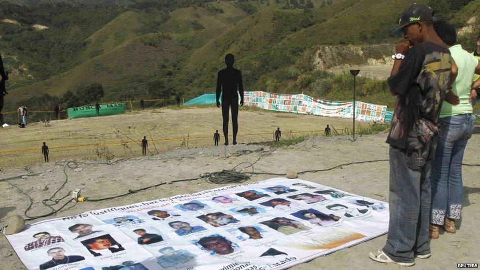 Relatives as excavation begins in Medellin