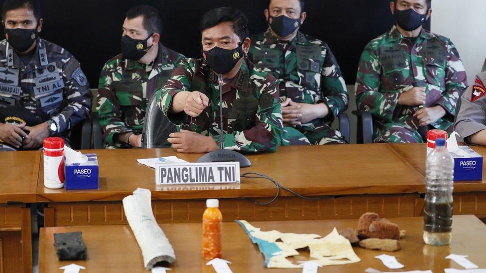 Oficiales de la Armada de Indonesia declaran la pérdida del submarino, Bali, 24 de abril 2021