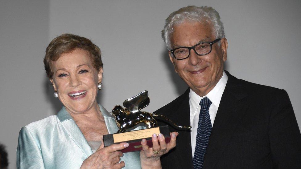 جولي آندروز مع باولو باراتا رئيس بينالي فينيسيا بعد تسلمها الجائزة