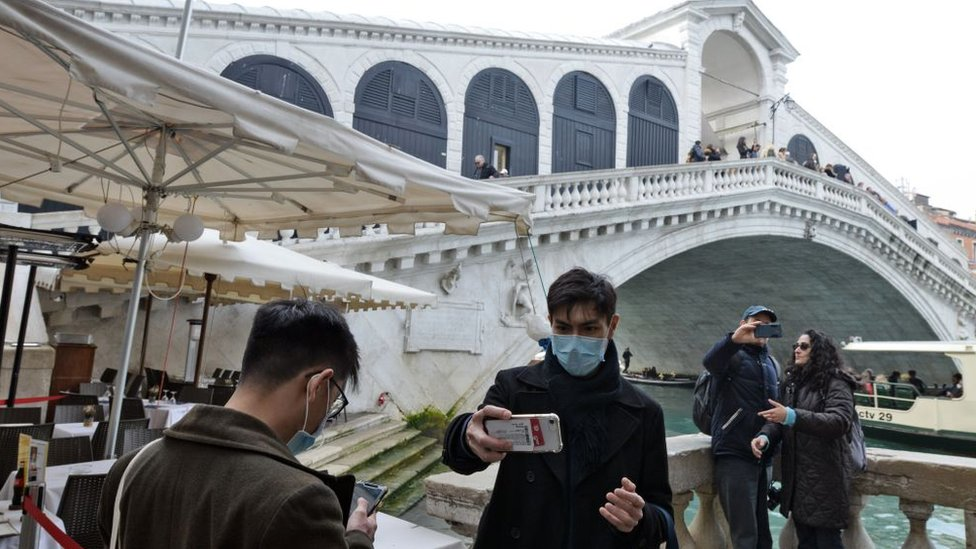 Turista con mascarilla en Venecia.