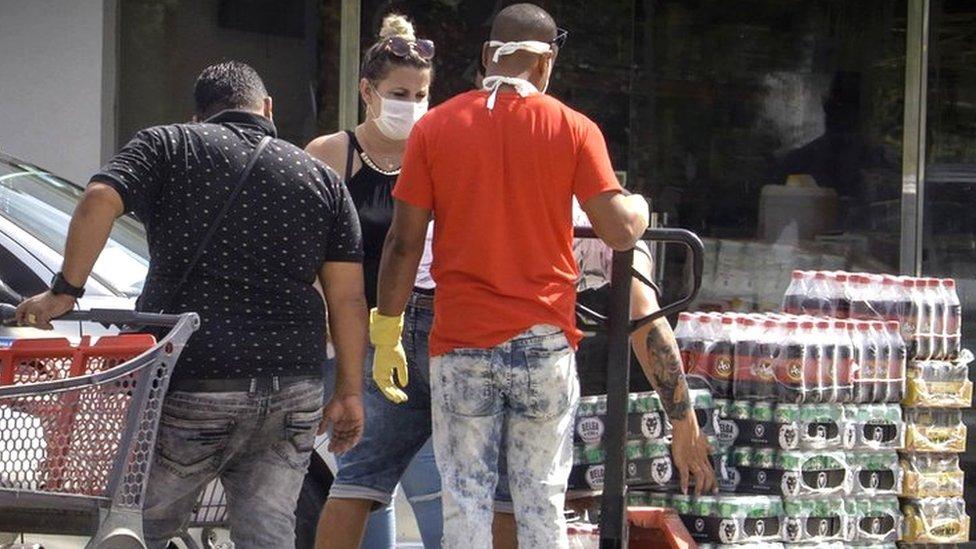 Cubanos compran en la tienda de dólares del Gobierno.