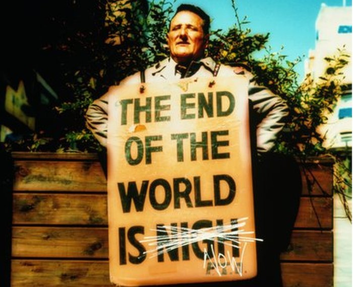 Hombre con cartel de 'el fin del mundo está cerca'