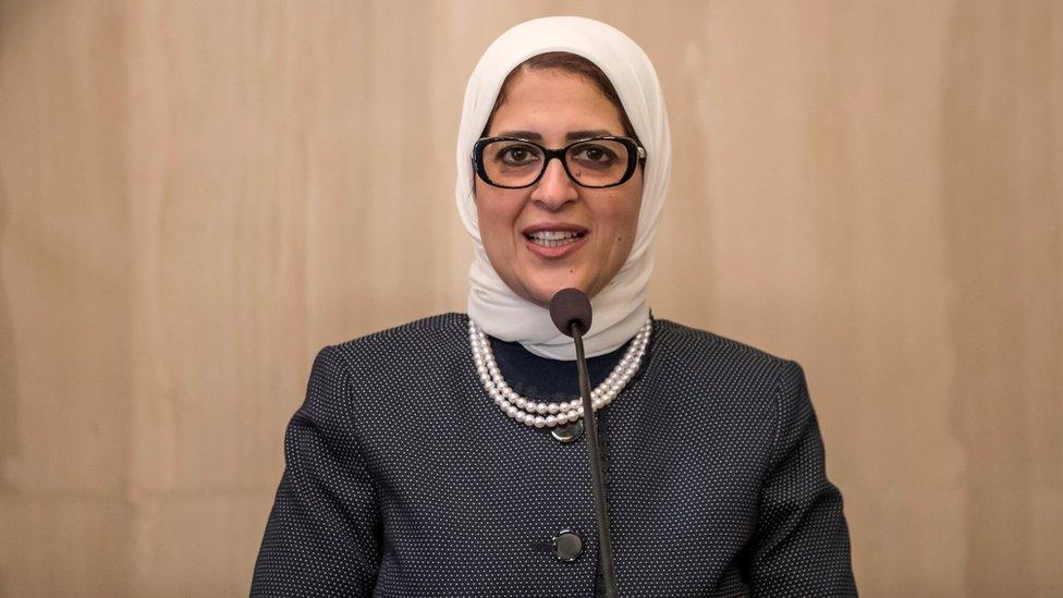 صيادلة يحرقون شهادتهم في مصر، ويطالبون بإقالة وزيرة الصحة