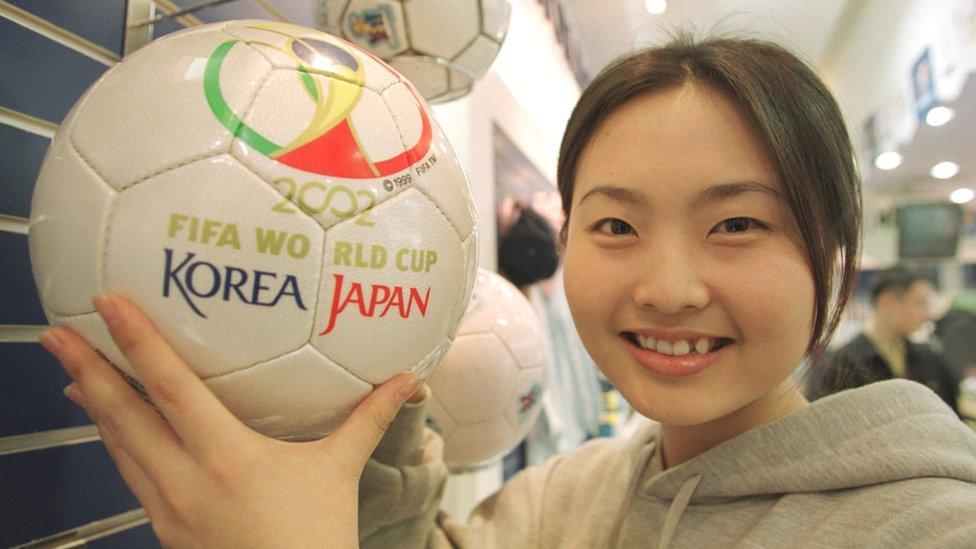 Una chica sostiene un balón