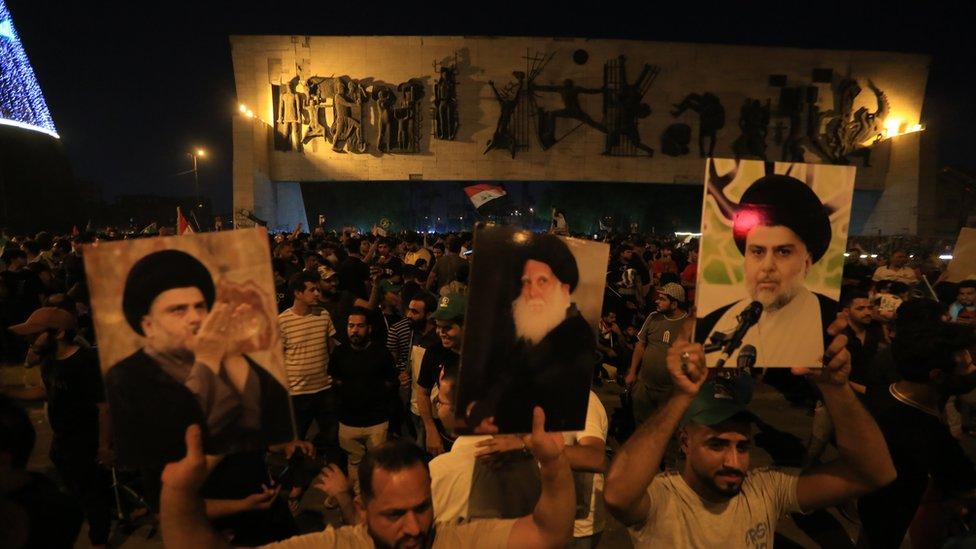 أنصار الزعيم الديني مقتدى الصدر يحتلفون ليلا بفوز التيار الصدري في ساحة التحرير ببغداد