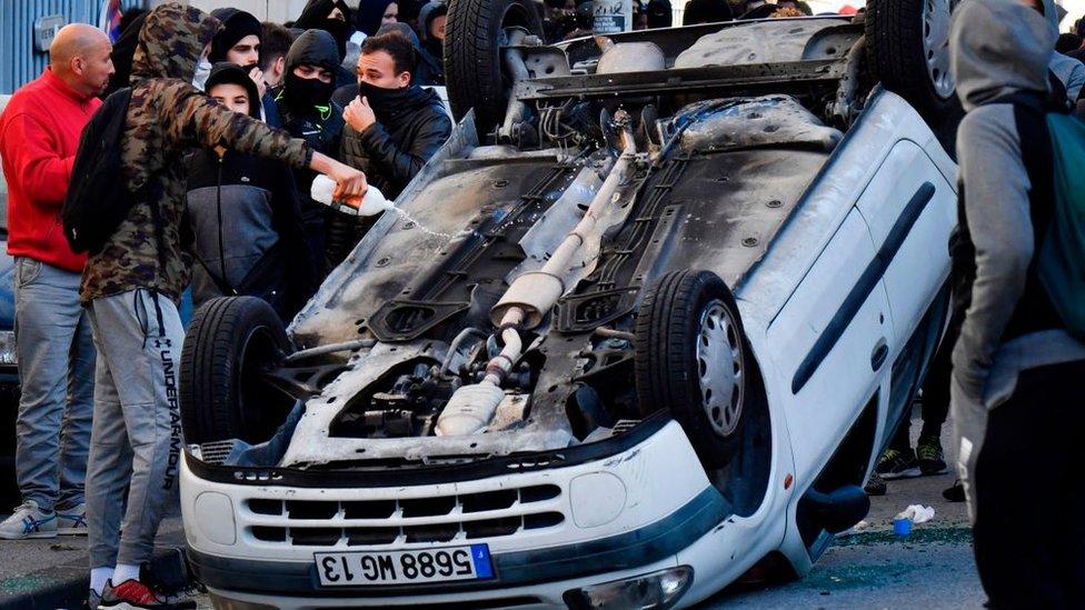 لجأ الطلاب إلى قلب سيارات تعبيرا عن الغضب