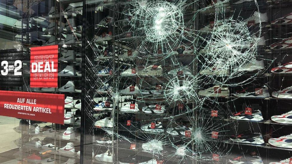 Polomljen izlog sportske prodavnice u Štutgartu