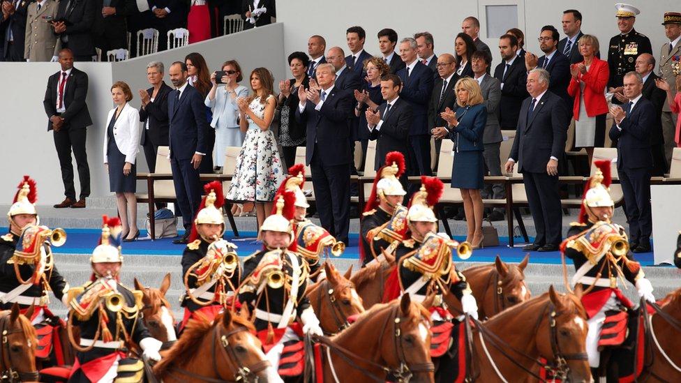 Donald Trump y Emmanuel Macron miran un desfile militar en Parí.