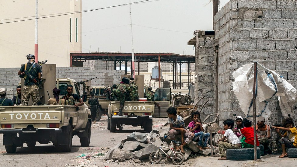 Yemeni fighters loyal to the government patrol a street in Aden (9 August 2018)
