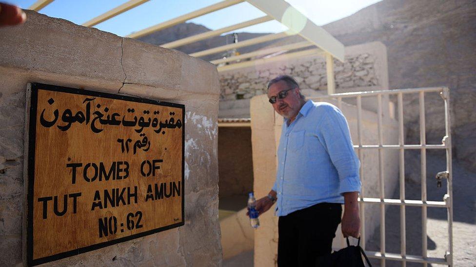 Arqueólogo británico Nicholas Reeves entrando a la tumba de Tutankamón.