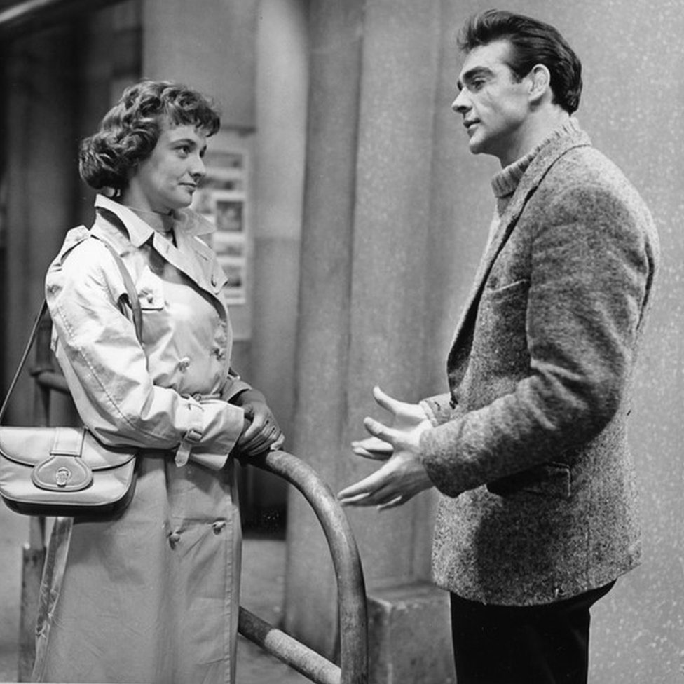 Jacqueline Hill y Sean Connery en la producción de la BBC de 1957, Blood Money