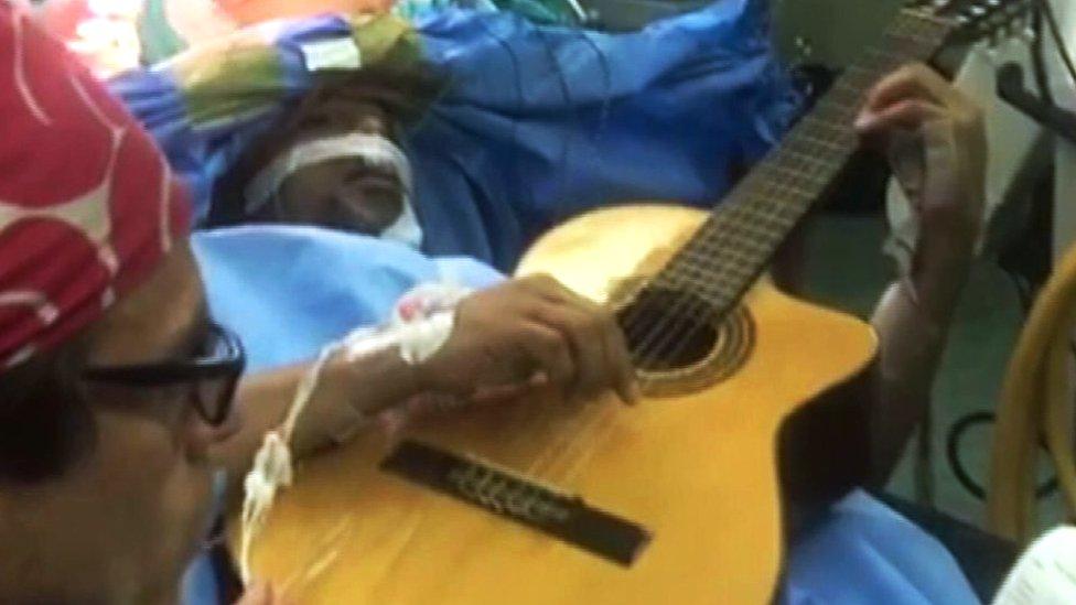 El jazzista Musa Manzini se mantuvo despierto durante su operación para extirparle un tumo cerebral
