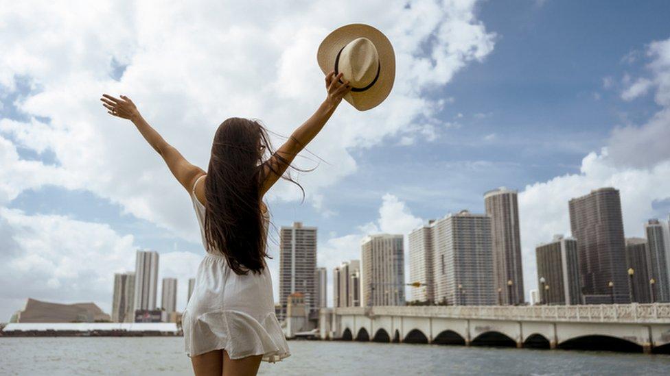 Mujer alza su sobrero en Miami