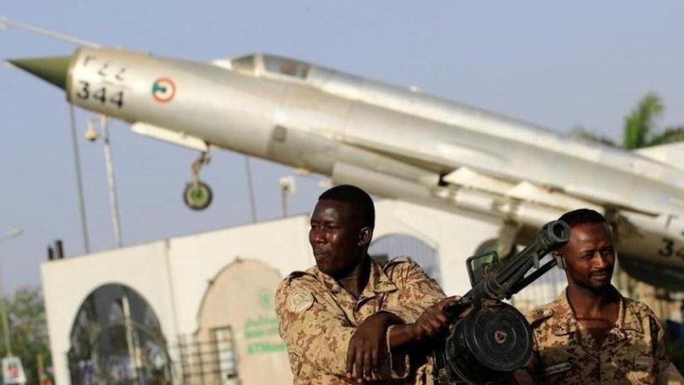 جنود من الجيش السوداني أمام مقر وزارة الدفاع في الخرطوم (أرشيفية)