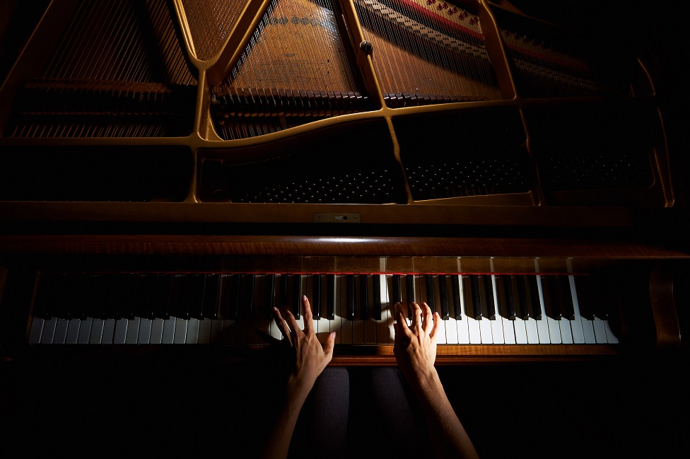 piyano çalan eller