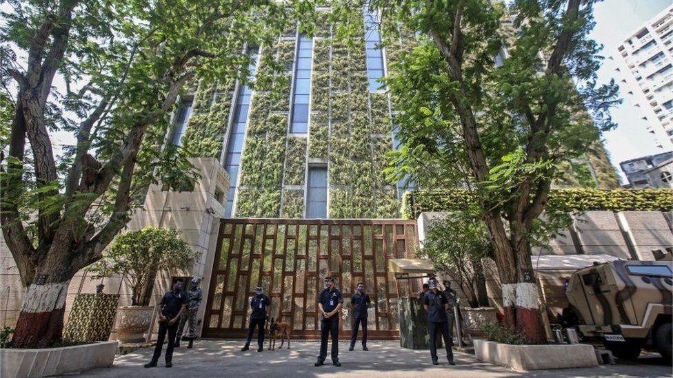 Policías frente a la residencia de 27 pisos de Mukesh Ambani