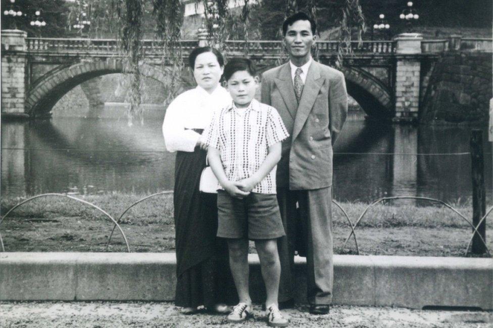 李健熙(中)兒時與父親李秉喆(右)和母親樸杜乙(左)合照(三星集團2020年10月25日發放照片)