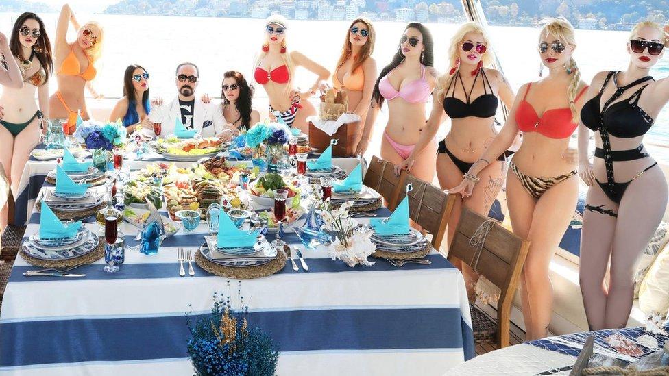 Adnan Oktar con un grupo de mujeres