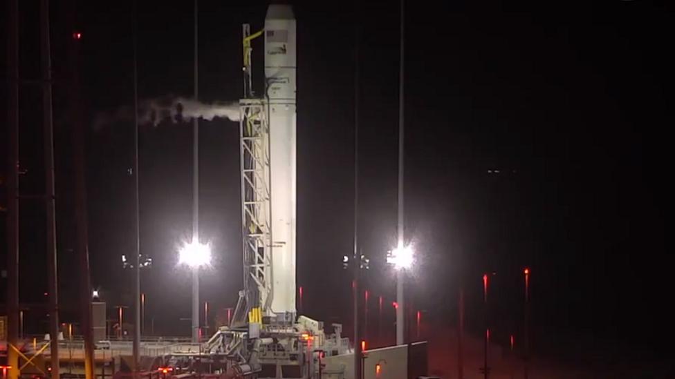 Cohete Northrop Grumman's Antares en la plataforma de lanzamiento.