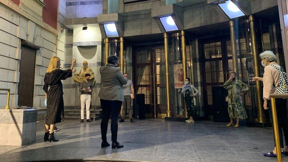 U poslednjoj sceni, autori nazdravljaju sa publikom