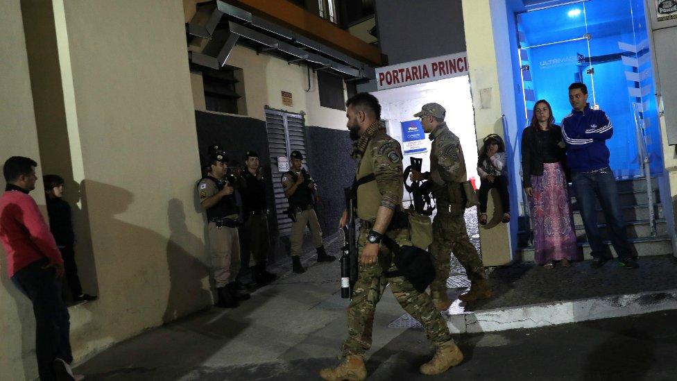 Vojnici ispred bolnice