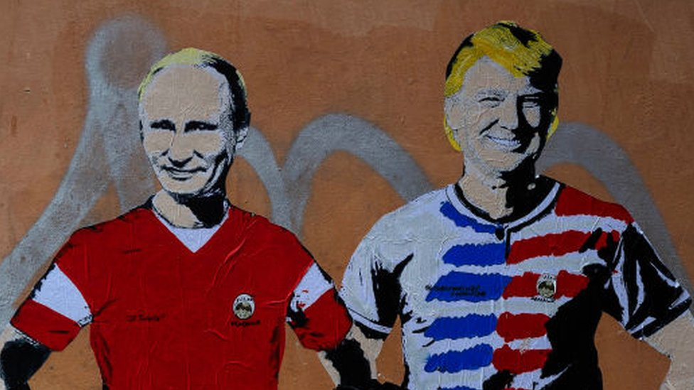 Donad Trump y Vladimir Putin, mura callejero en Italia.