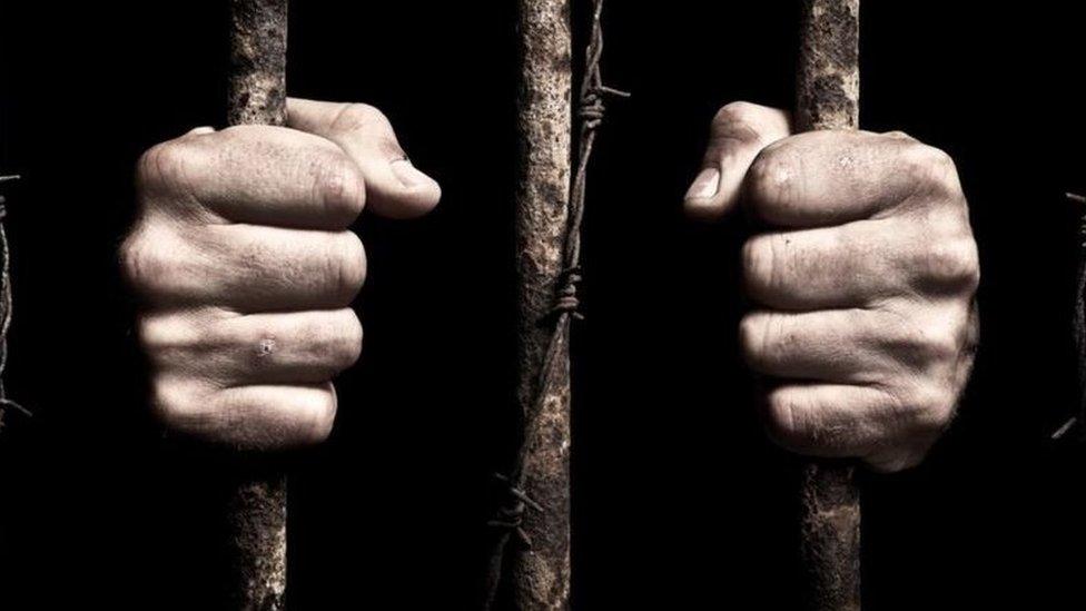 سجين خلف القصبان (أرشيفية)