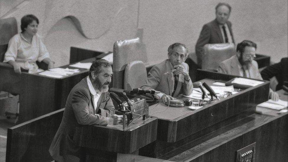 صورة أرشيفية - الحاخام كاهانا ملقيا خطابا أمام الكنيست الإسرائيلي