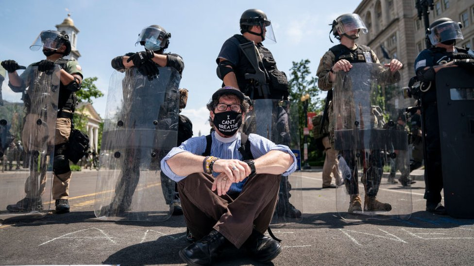 قساوسة انضموا إلى الاحتجاجات على وحشية الشرطة.