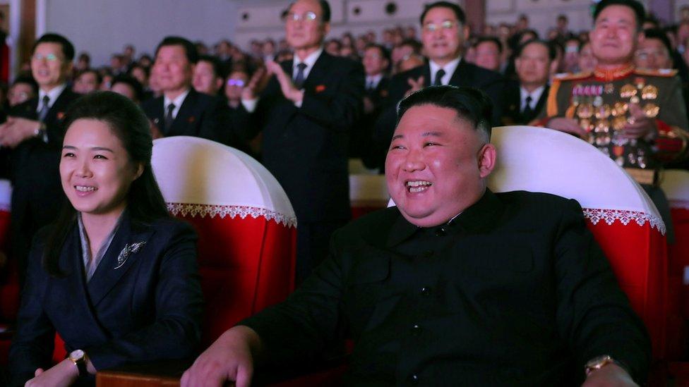 كيم وري بدا عليهما السرور خلال الحفل.