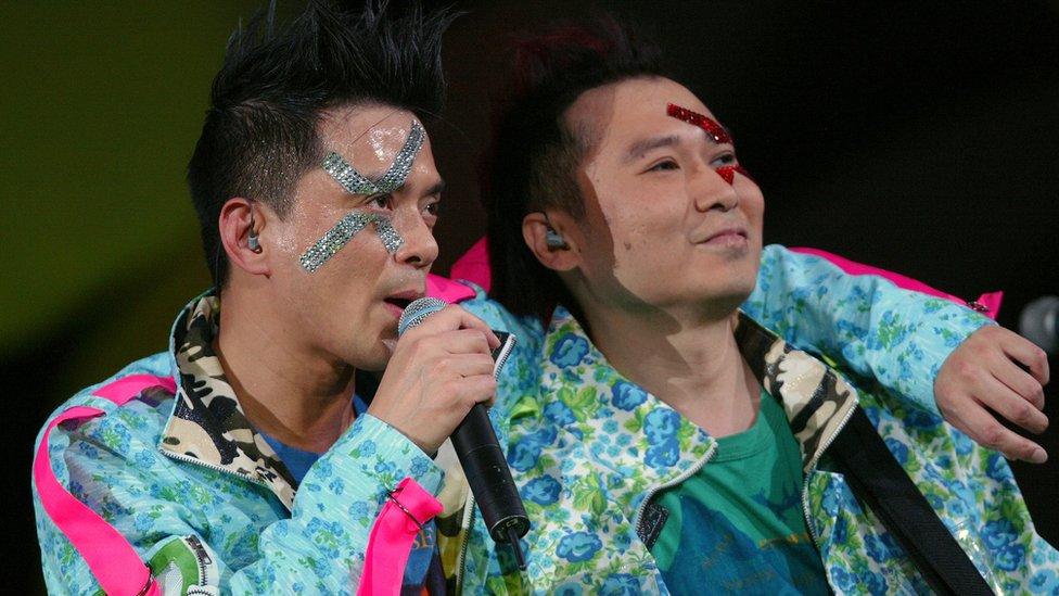 黃耀明(左)與劉以達(右)在九龍紅磡香港體育館舉行演唱會(9/12/2004)