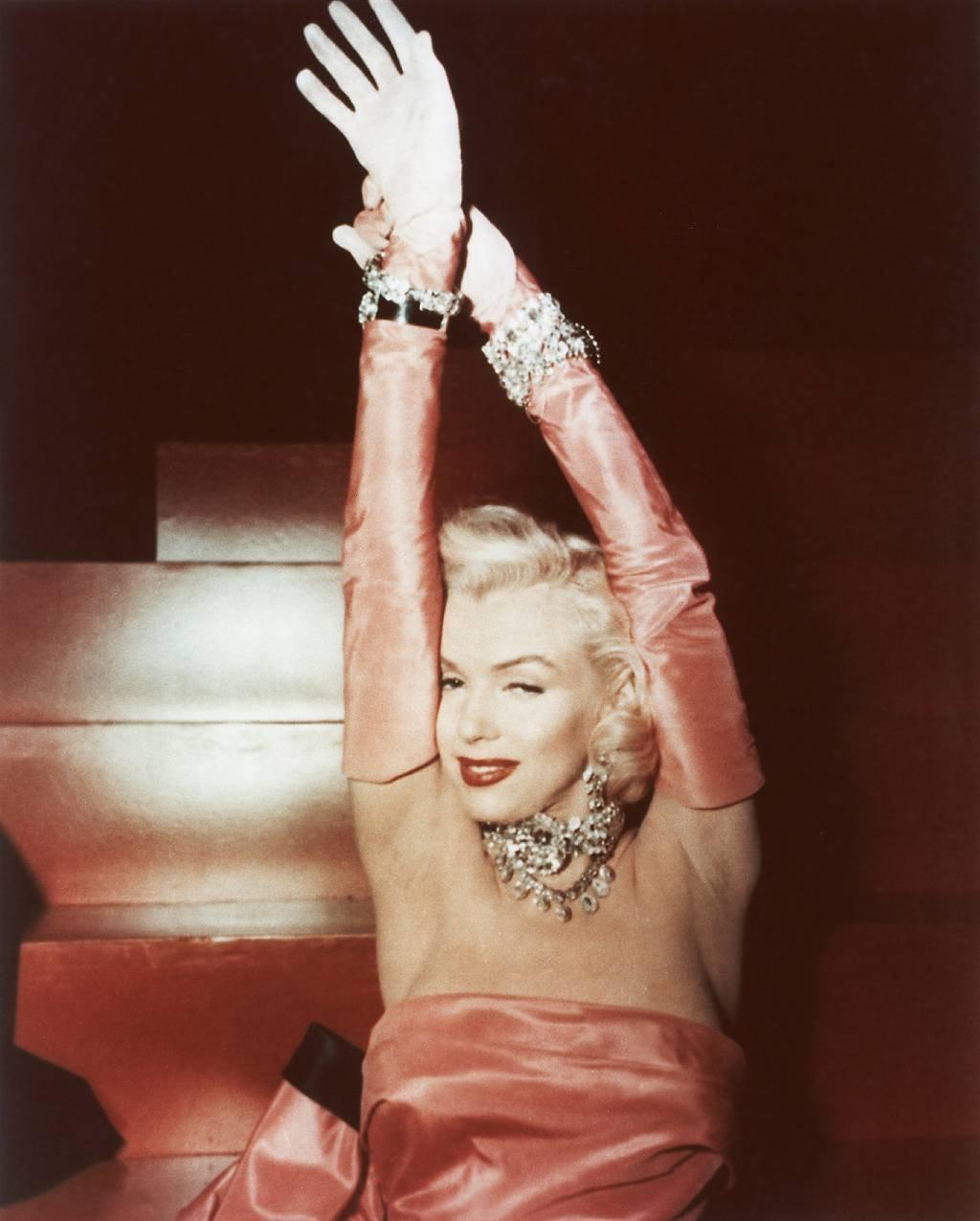 """Marilyn Monroe cantando """"Los diamantes son los mejores amigos de una chica"""" en una escena del film 'Los caballeros las prefieren rubias', de 1953."""