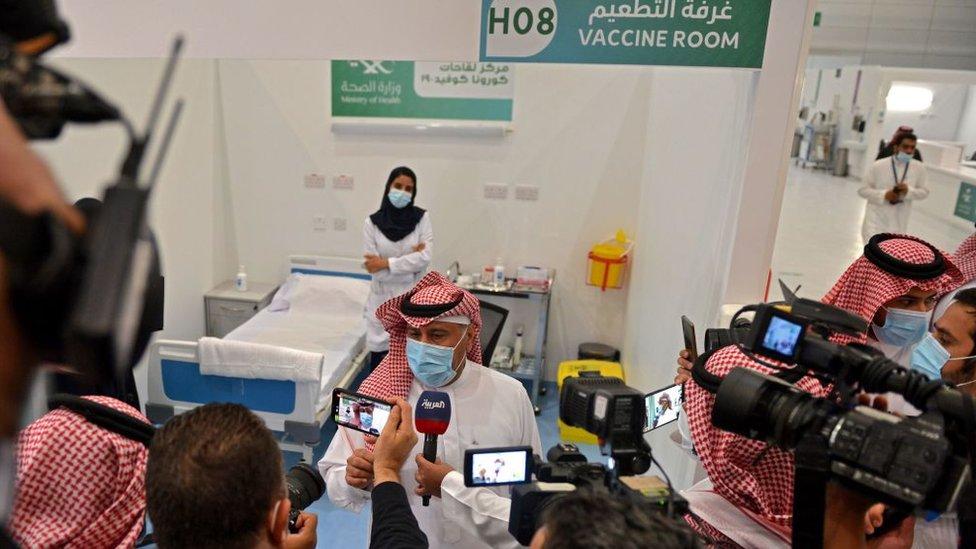 أول سعودي يحصل على تطعيم ضد فيروس كورونا يتحدث إلى الصحفيين من غرفة التطعيم