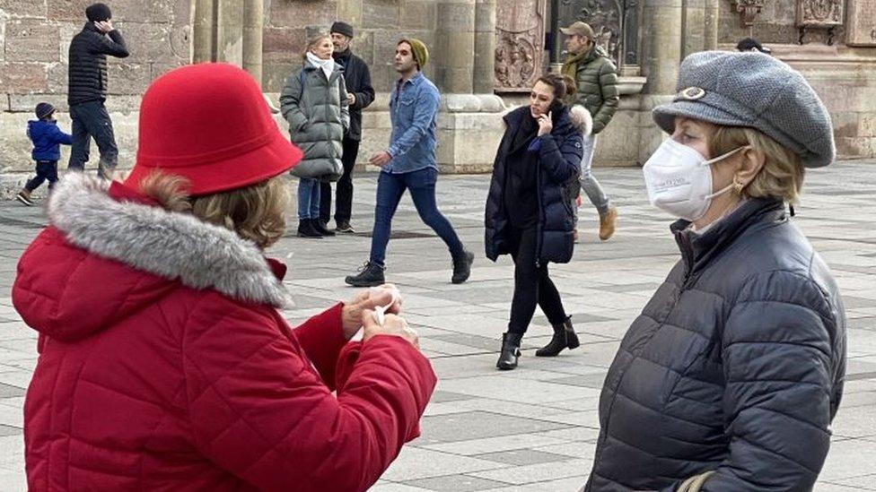 Dos mujeres en primer plano en Viena, Austria, una con una mascarilla FFP2