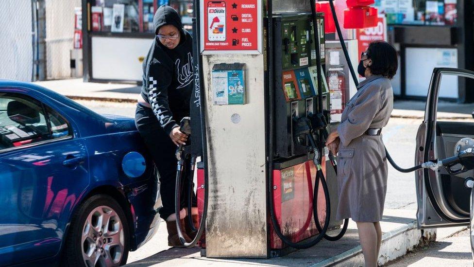 Personas repostando combustible en Estados Unidos.