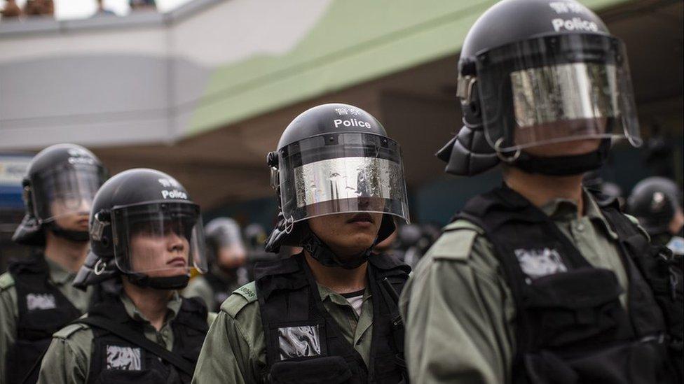 許多參加處理香港示威的警員個人資料被公開,部份警員在示威現場遮掩面孔,以免被人認出。