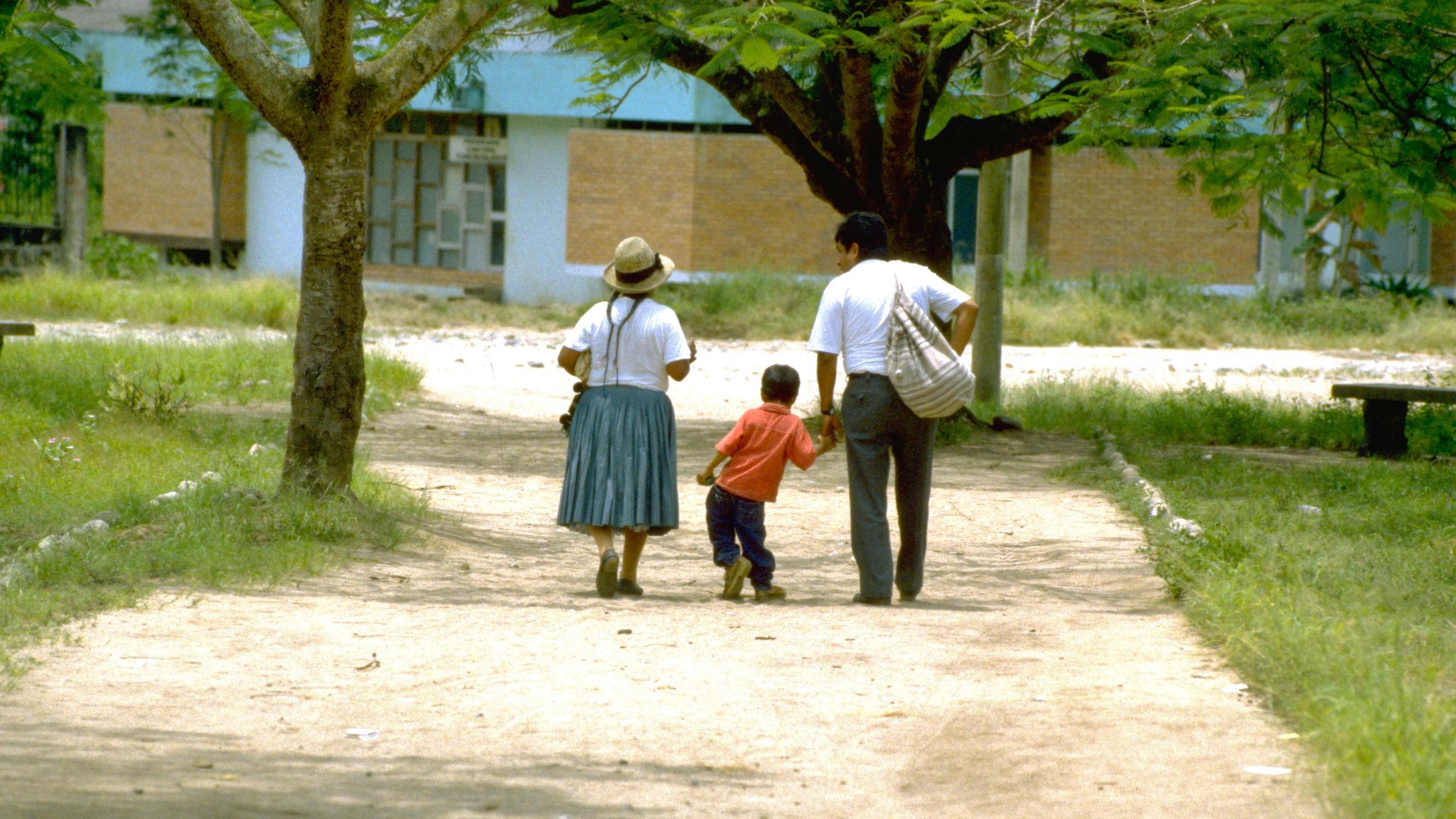 El Dr. Roger Zapata lleva de la mano a Luis Fermín Tenorio Cortez, que camina junto a su abuela