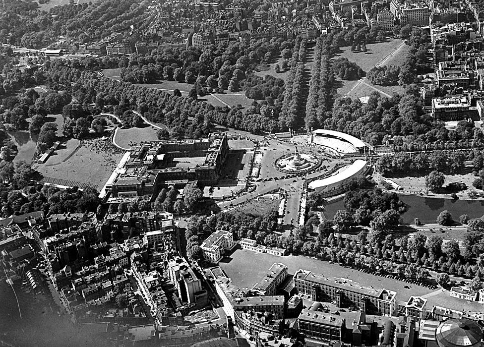 Aerial view of Buckingham Palace, circa 1950