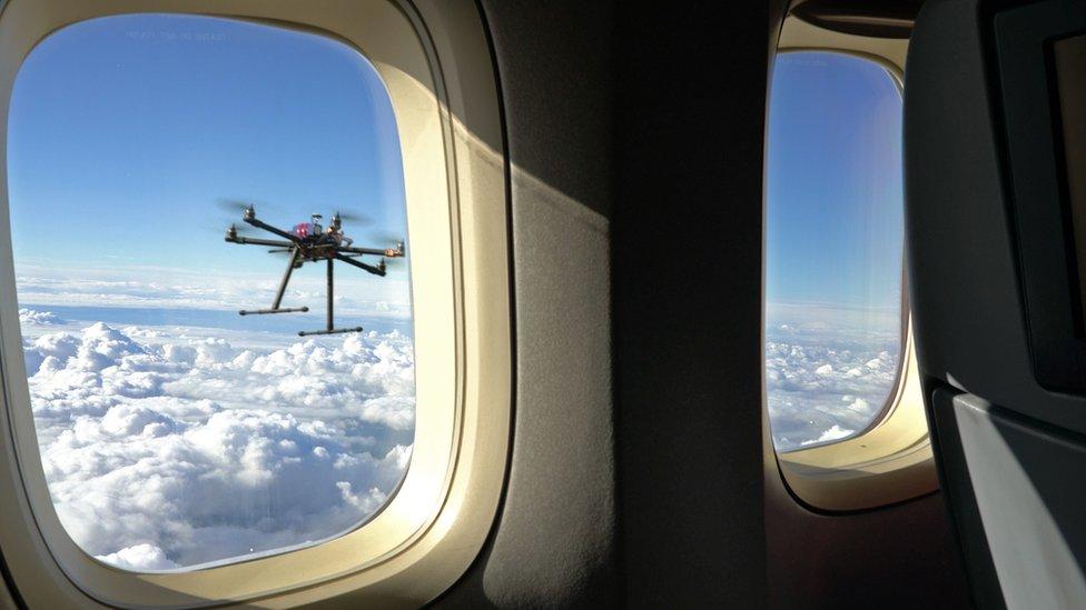 dron por la ventana de un avión