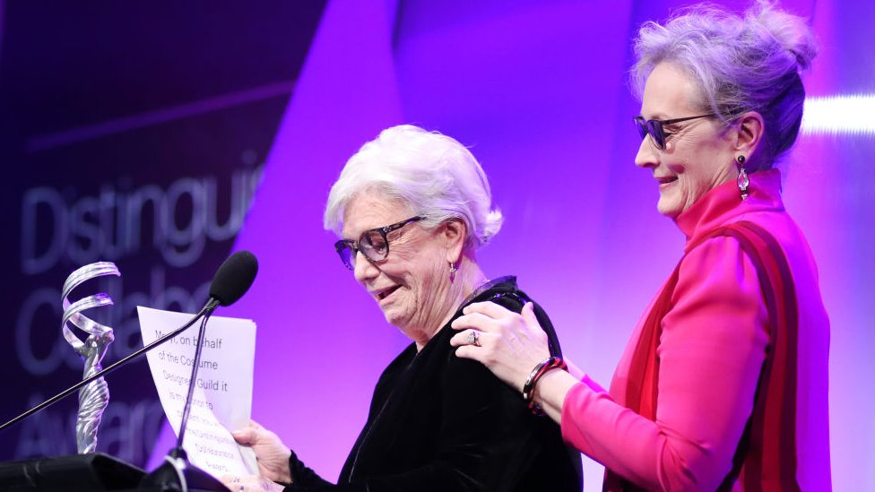 Ann Roth, vestuarista de cine, junto a Meryl Streep durante un evento en 2017.