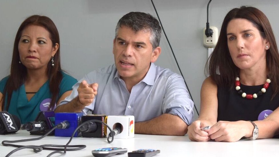Barred former presidential candidate, Julio Guzman (centre), speaks to reporters in Lima (3/4/16)