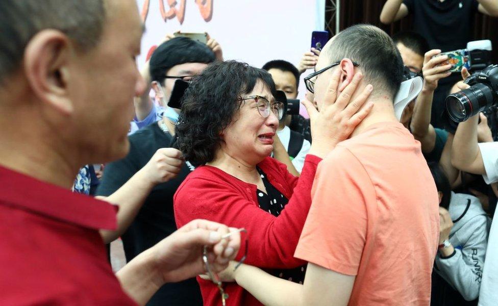 Li Jingzhi y su hijo se abrazan por primera vez en 32 años