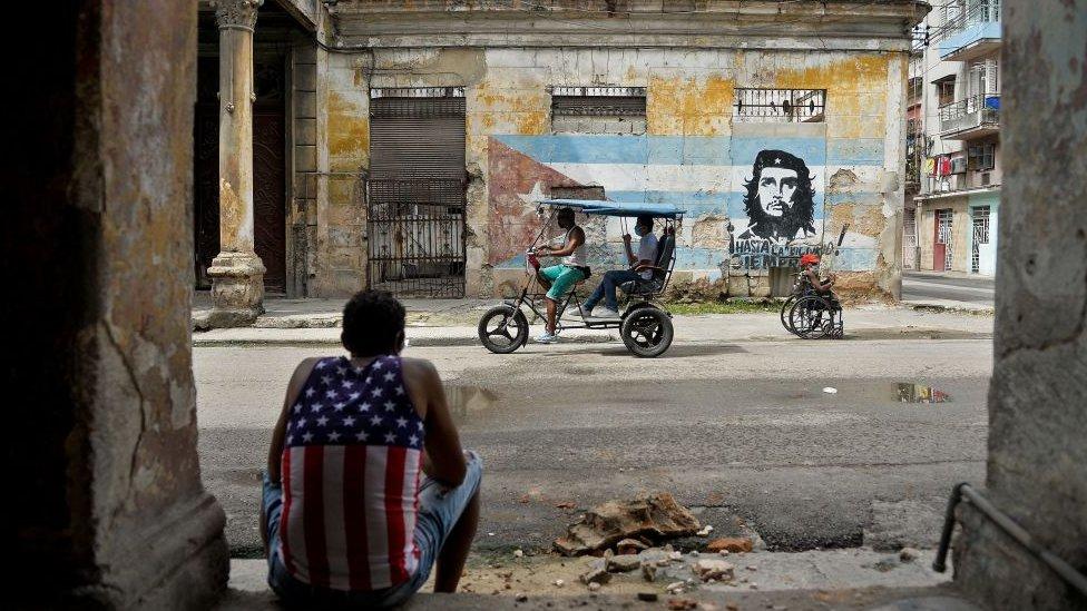 Hombre sentado en una calle de La Habana.